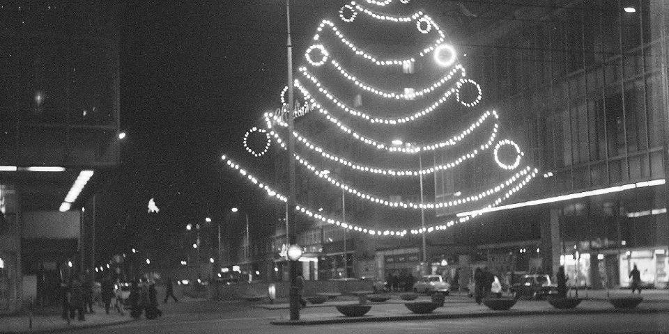z19370267V,Choinka-z-lampek-przed-Juniorem--1974-r-